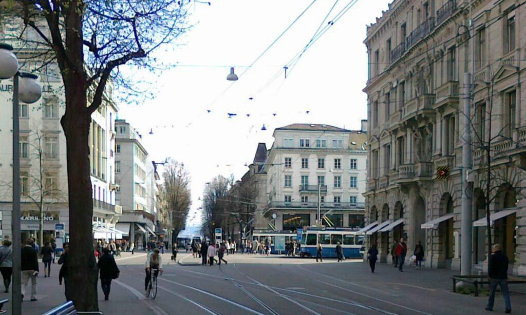 Zuerich Bahnhofstrasse Blick auf Paradeplatz