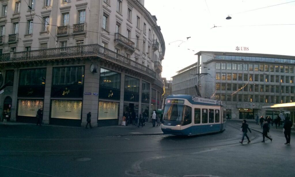Tram in Zürich am Paradeplatz. Von hier kommen Sie mit der Tramlinie 11 direkt zu OBENHAUS Anwaltskanzlei für Steuerrecht - nah am Hegibachplatz steht wir Ihnen im Büro Zürich bei Fragen zu Nachsteuer und Steuerstrafrecht sowie zu Deutsch-Schweizer Steuersachen zur Verfügung.